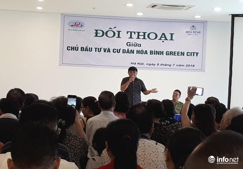 Ông Nguyễn Hữu Đường, Chủ tịch kiêm Tổng Giám đốc Công ty TNHH Hòa Bình là người trực tiếp đối thoại với các cư dân Hòa Bình Green City vào chiều muộn 8/7. Ảnh: Nguyễn Lê.