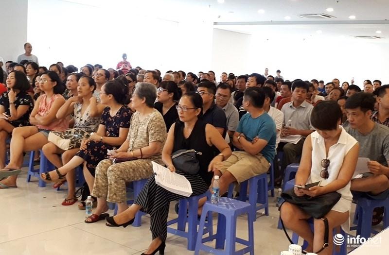 Cư dân Hòa Bình Green City đặt các câu hỏi liên quan đến quyền lợi của mình với đại diện chủ đầu tư. Ảnh: Nguyễn Lê
