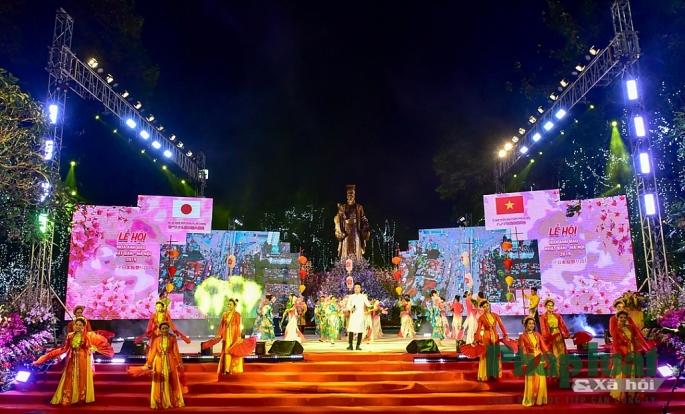 Lễ hội hoa anh đào 2019 chính thức khai mạc tối 29-3 tại tượng đài Lý Thái Tổ.