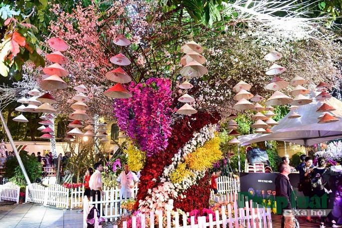 Hơn 20.000 cành hoa anh đào cùng hơn 100 cây hoa anh đào cùng bung nở khoe sắc tuyệt đẹp giữa lòng Hà Nội.