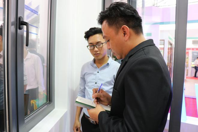 Khách tham quan đến với gian hàng Xingfa Quảng Đông được nhân viên tư vấn hết sức tận tình, chu đáo