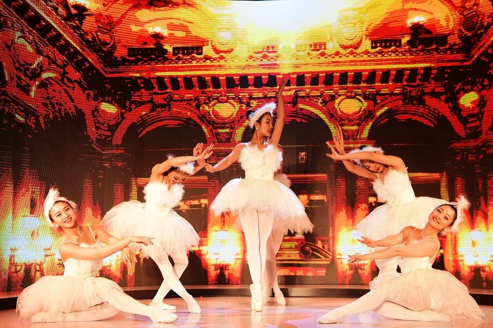 """Mở đầu chương hai là tiết mục múa Ballet đương đại """"A dream is born"""" hay còn có tên gọi """"Giấc mơ kinh đô thời trang trên nền di sản""""."""