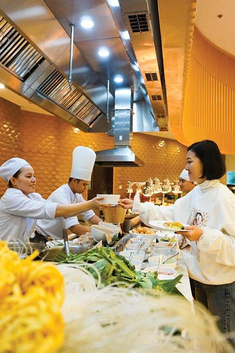 Nhân viên nhà hàng của một resort 5 sao ở Phú Quốc. Ảnh: Đào Loan