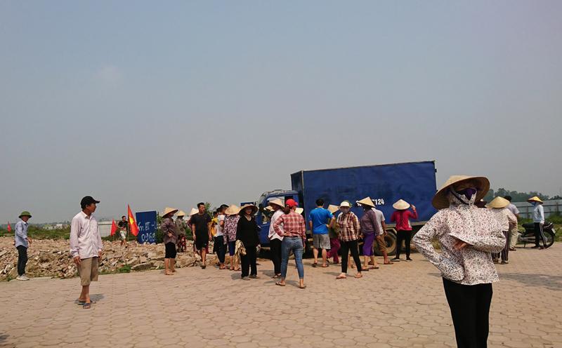 Người dân tụ tập đông người và làm đường trái phép tại Khu đô thị Thanh Hà - Cienco 5.