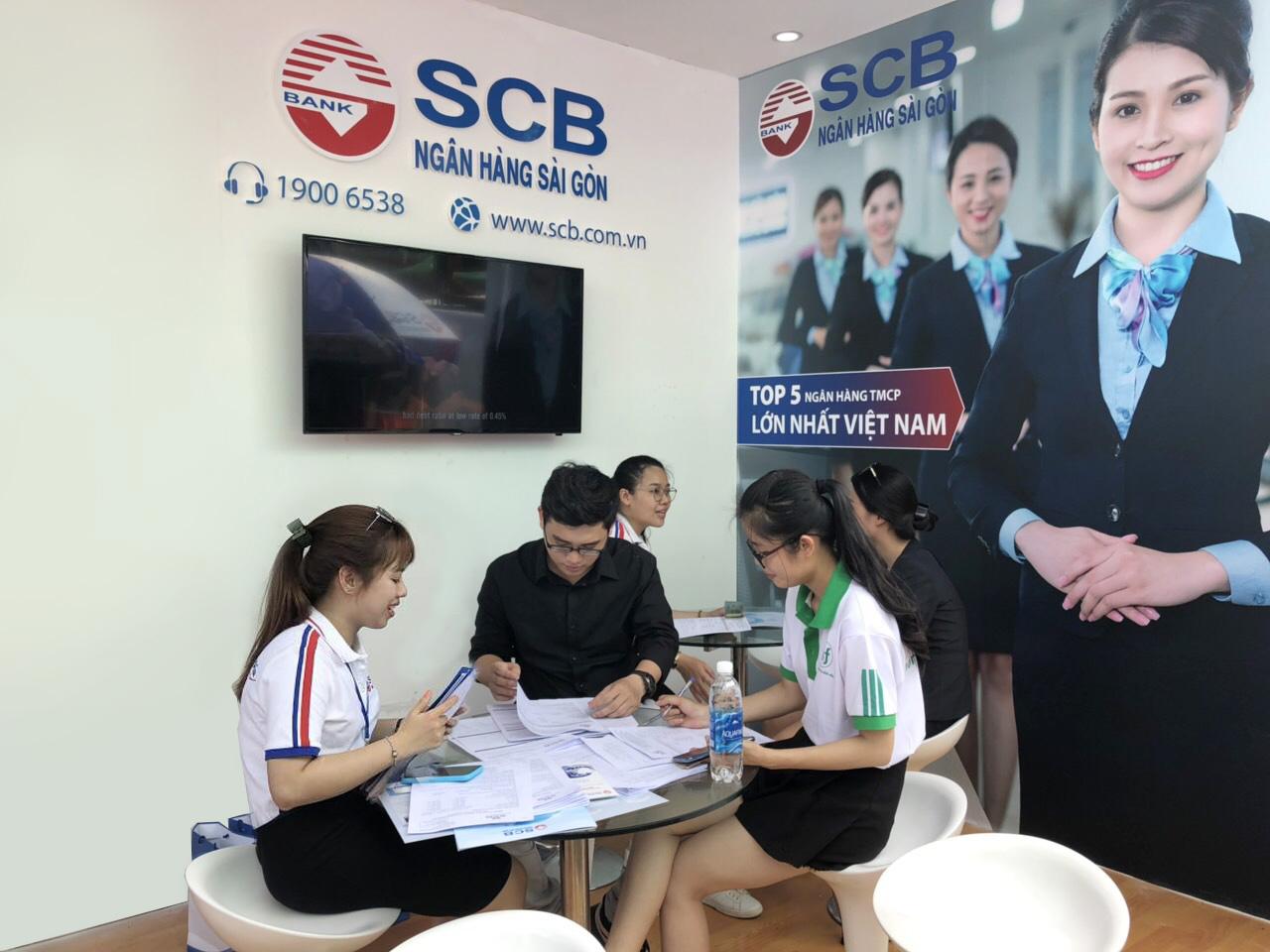 CBNV SCB tư vấn các sản phẩm và chương trình ưu đãi tại gian hàng