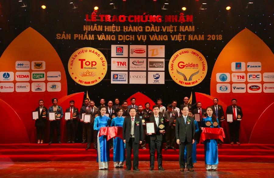 (Ông Nguyễn Minh Huân – Giám đốc Phát triển Dự án TNI Holdings nhận giải thưởng Top 50 dịch vụ đầu tư phát triển và quản lý hạ tầng các khu công nghiệp vào ngày 6/1/2019)