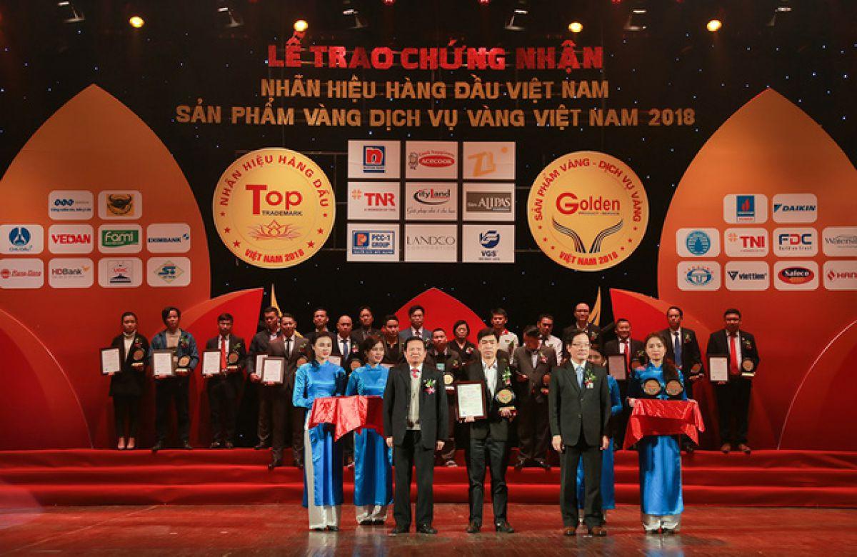 Ảnh 3 - Ông Nguyễn Minh Huân – Giám đốc phát triển dự án TNI Holdings lên nhận giải thưởng Top 50 dịch vụ đầu tư phát triển và quản lý hạ tầng các khu công nghiệp năm ngày 6/1/2019