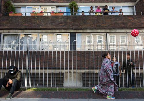 Trẻ em chơi đùa trên phố sau vụ cháy tòa chung cư Grenfell ở London, Anh, hôm 14/6. Ảnh: CNN