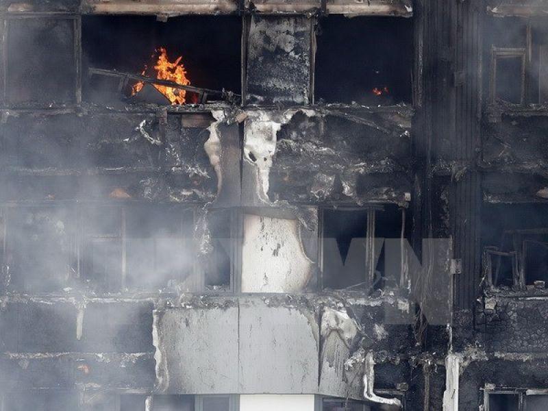 Tòa chung cư Grenfell Tower ở London bị thiêu rụi sau hỏa hoạn ngày 14/6 vừa qua. (Ảnh: AFP/TTXVN)