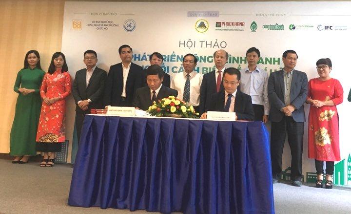 Ông Đỗ Viết Chiến - Tổng thư ký Hiệp hội BĐS Việt Nam ký kết Chuỗi liên kết vớicác nhà phát triển Công trình Xanh.