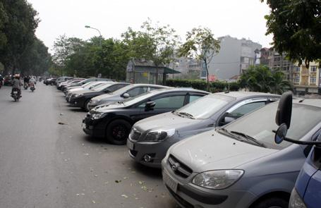 Một bãi đỗ xe dưới lòng đường bên bờ sông Tô Lịch. Ảnh: Dân trí