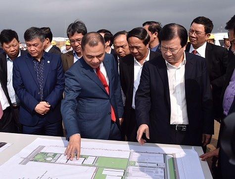 Phó Thủ tướng Trịnh Đình Dũng thăm tổ hợp sản xuất ô tô VINFAST. Ảnh: VGP