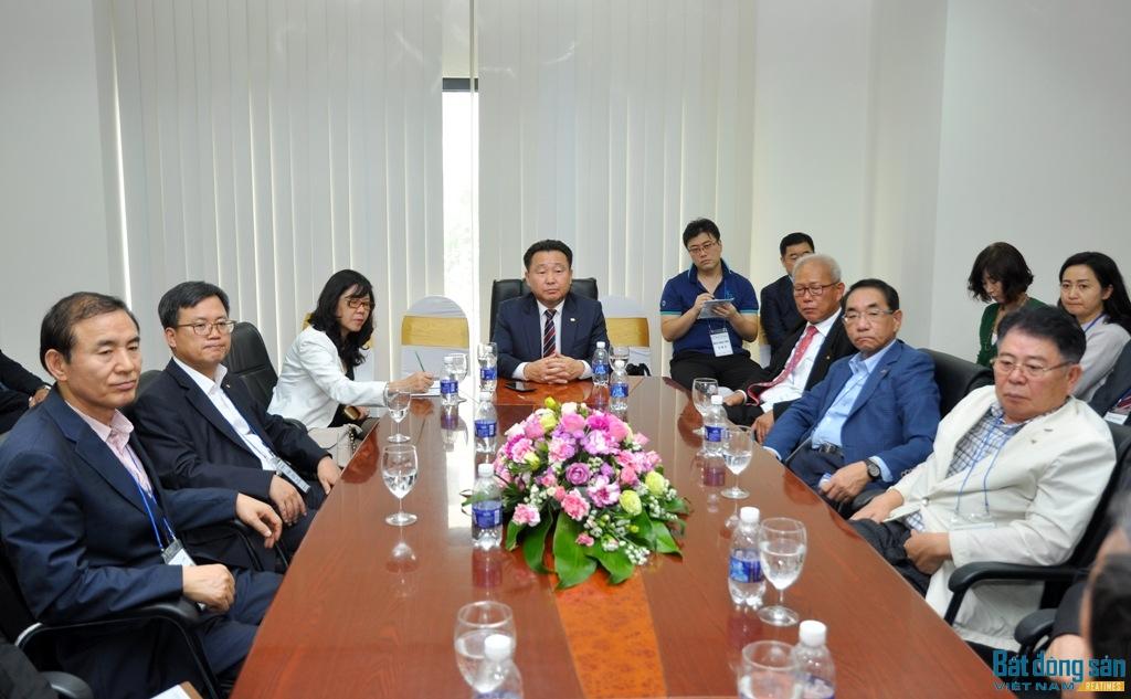 có ông Hwang Ki Hyeon, Chủ tịch Hiệp hội; các nhà môi giới, doanh nghiệp BĐS Hàn Quốc