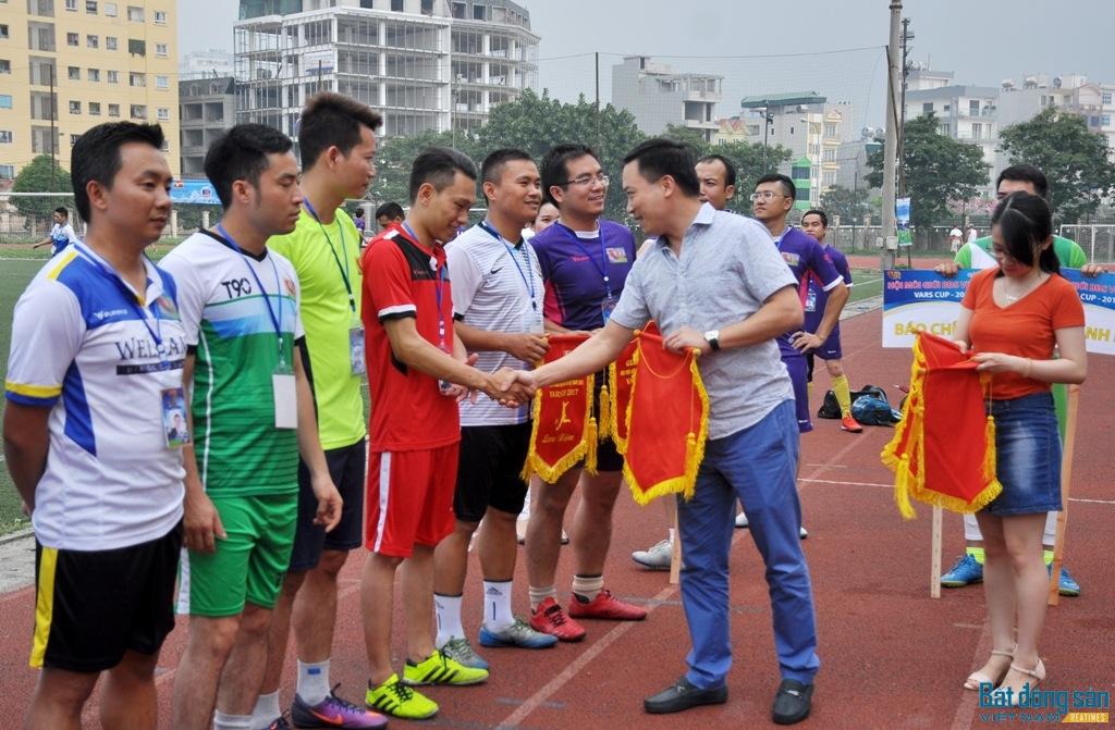 Ông Nguyễn Chí Thanh - Phó Chủ tịch Hội Môi giới BĐS Việt Nam tặng cờ thi đua cho các đội bóng tham gia.