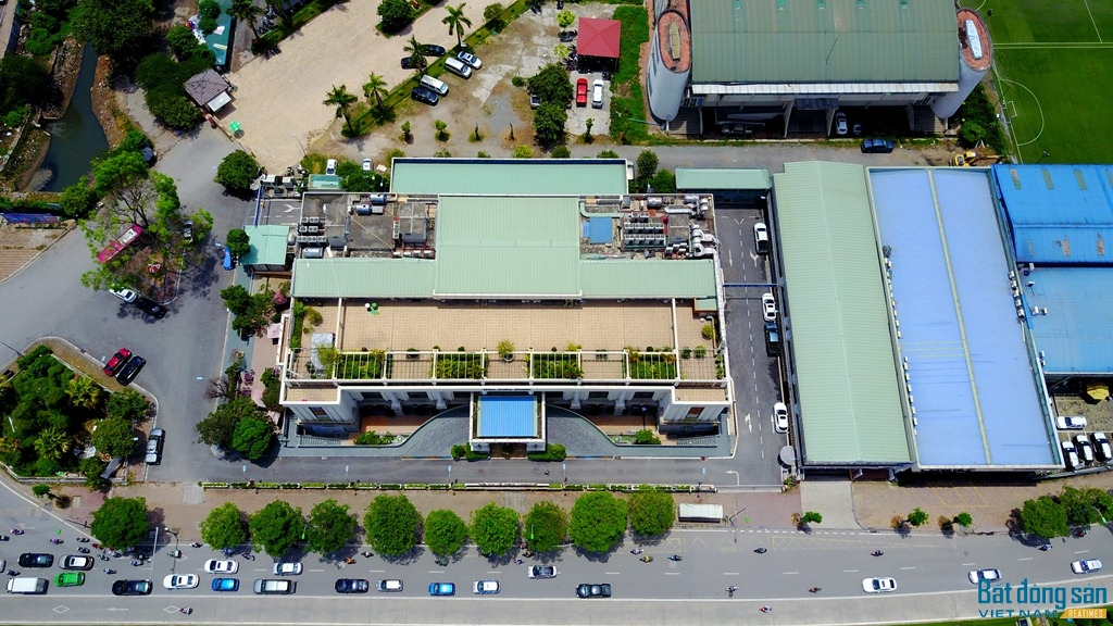 Ngày 27/11/2008, UBND TP. Hà Nội có Quyết định số 2273/QĐ-UBND thu hồi 3.172 m2 đất tại phường Nhân Chính (quận Thanh Xuân) cho Công ty TNHH Phương Đông (Công ty Phương Đông) thuê để thực hiện Dự án đầu tư xây dựng Dự án Bãi đỗ xe và khu dịch vụ đợt 1. Tiếp đó, ngày 22/07/2009, UBND TP. Hà Nội có Quyết định số 3737/QĐ-UBND về việc thu hồi 1.178 m2 đất tại lô 11.5H đường Lê Văn Lương (nay là 66 Lê Văn Lương), phường Nhân chính (Q. Thanh Xuân) cho Công ty Phương Đông thuê để thực hiện dự án đầu tư xây dựng dự án Bãi đỗ xe và khu dịch vụ đợt 2.