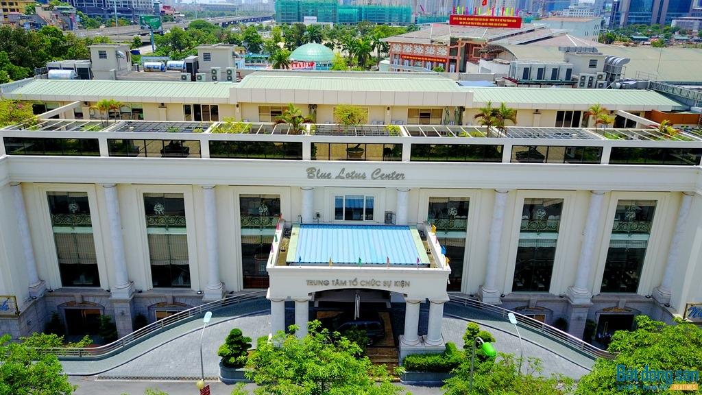 Tuy nhiên, sau quá trình triển khai, Dự án Bãi đỗ xe và khu dịch vụ lại bị công ty Phương Đông biến tướng thành Trung tâm tổ chức sự kiện có sức chứa vài nghìn người.