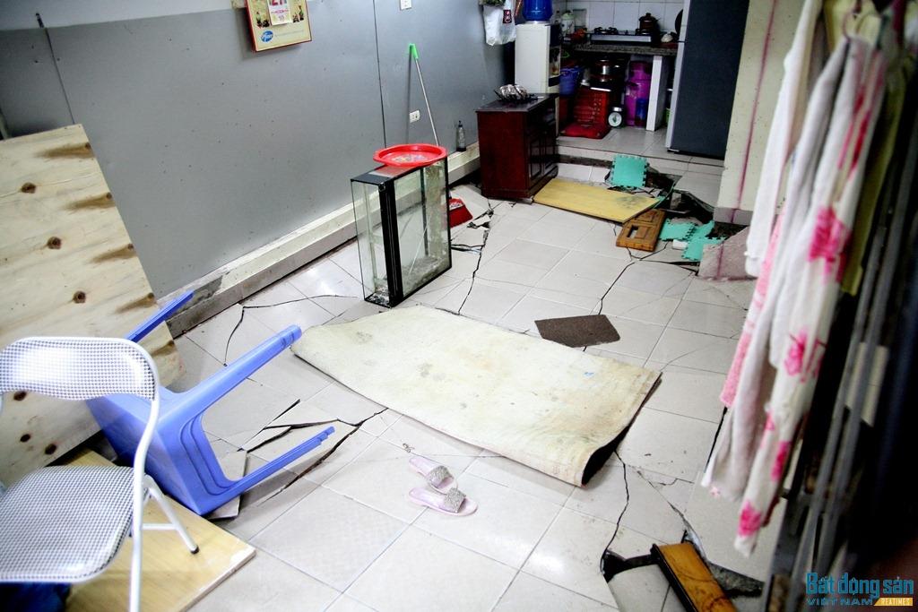 Vụ sụt lún xảy ra ngày 24/12 trong bữa cơm tối của một gia đình tại tầng 1 nhà N5. Ông Phạm Văn Hoan, người thuê căn nhà bị lún trên cho biết: