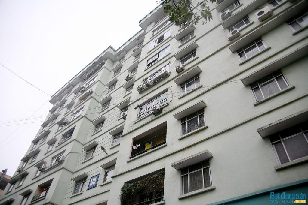 Chung cư Đồng Tàu được đưa vào sử dụng năm 2007, gồm các tòa nhà đánh số thứ tự từ N1 đến N10, do Xí nghiệp Quản lý dịch vụ và Khai thác khu Đô thị (trực thuộc Công ty Quản lý và Phát triển nhà Hà Nội) quản lý.