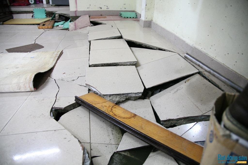 Sáng 26/12, mọi đồ đạc trong nhà vẫn bị đảo lộn, phần gạch lát nền nhà bong tróc, vỡ nát, bể cá, tủ đồ các vật dụng khác ngổn ngang. Toàn bộ nền nhà bị võng xuống, chỗ lún sâu nhất khoảng 50cm. Ông Hoan đã báo cho tổ dân phố nắm tình hình