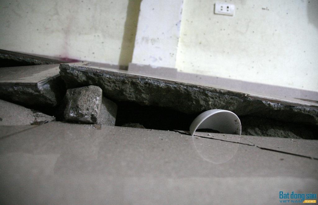 Toàn bộ nền nhà bị võng xuống, chỗ lún sâu nhất khoảng 50cm.