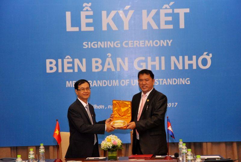 Ông Nguyễn Mạnh Hà, đại diện Hiệp hội BĐS Việt Nam ký kết biên bản ghi nhớ hợp tác với Hiệp hội Định giá và Môi giới BĐS Campuchia.
