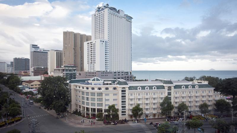 việc phát triển và đầu tư tại Nha Trang và Cam Ranh trước đây do các tập đoàn nội địa nắm giữ, nhưng sự tăng trưởng của thành phố đang thu hút sự chú ý của các nhà đầu tư quốc tế.