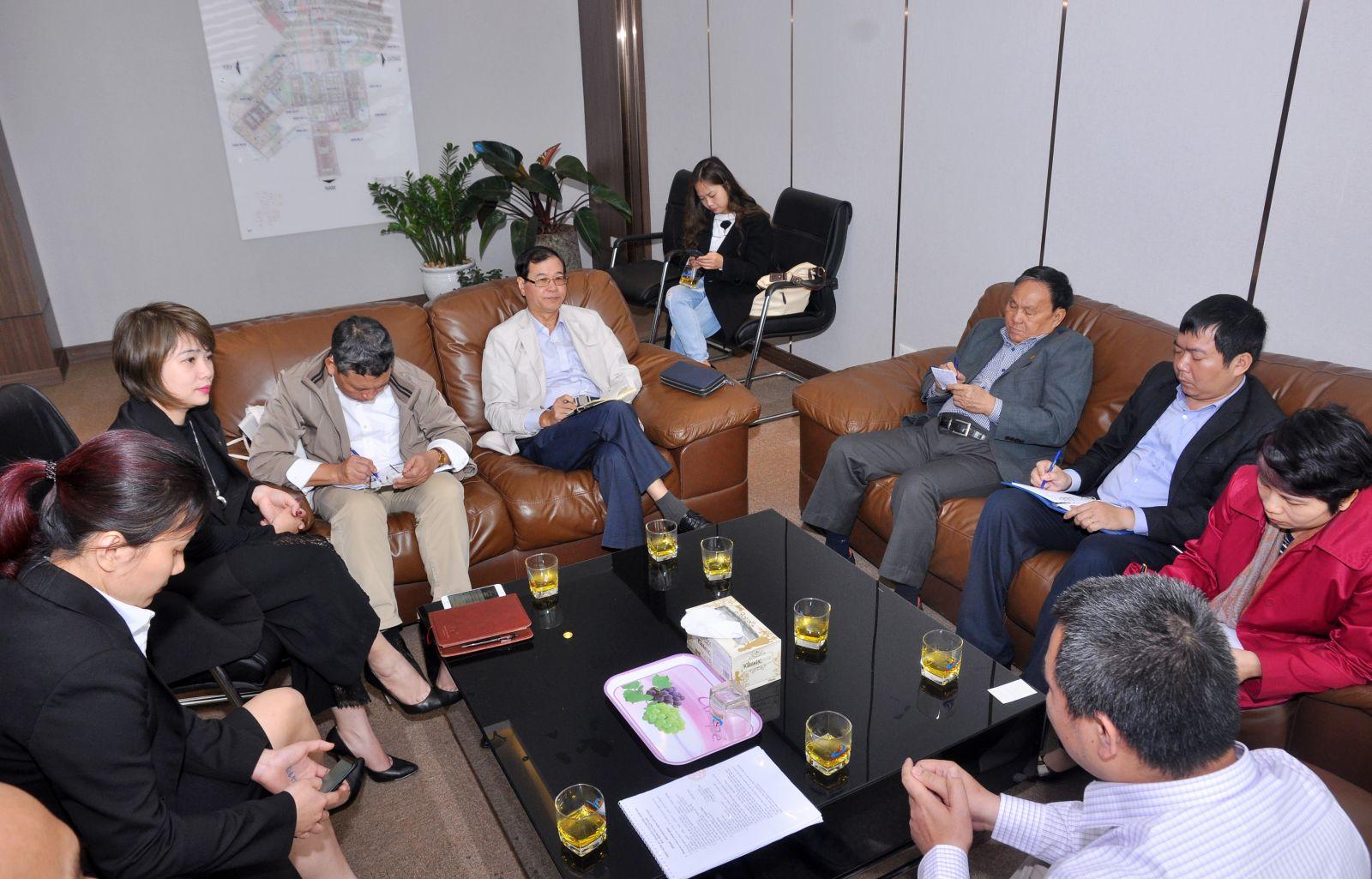 Hội đồng Giám khảo nghe đại diện dự án Thanh Hà thuyết trình về dự án.