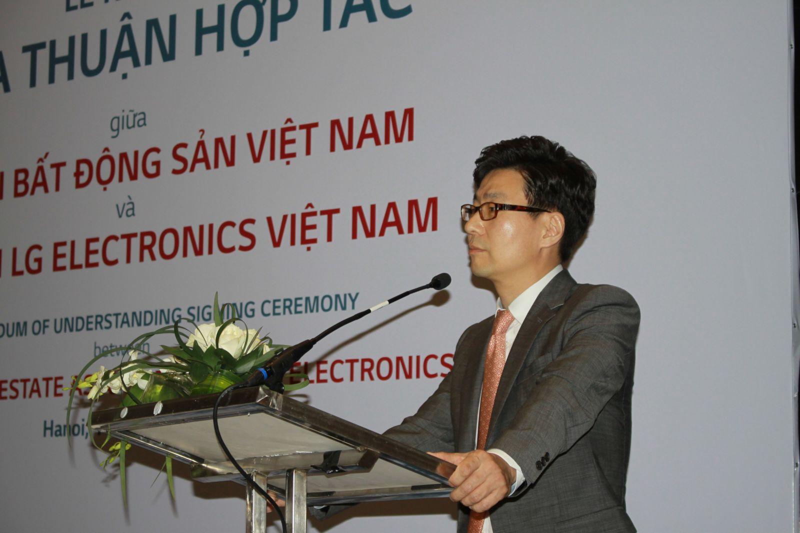 ông Younglak Kim, TGĐ Công ty LG Electronics Việt Nam bày tỏ niềm vinh dự khi hợp tác với VNREA.