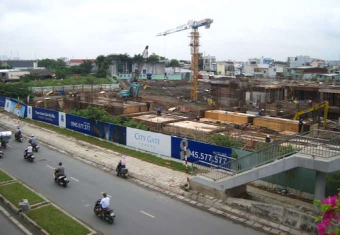 Công trình cầu Bộ hành số 3 và mặt đường Võ Văn Kiệt bị hư hỏng nặng do thi công công trình City Gate Tower gây ra.. Ảnh: Báo Xây dựng