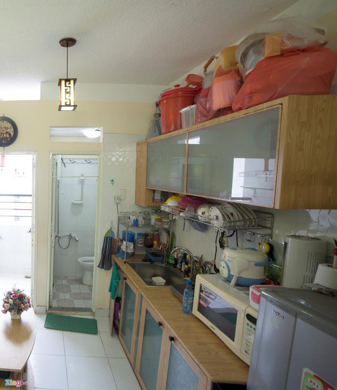 Bên trong căn hộ chỉ rộng 20 m2 nhưng đồ đạc khá nhiều nên chủ căn hộ tận dụng mọi khoảng trống để sắp xếp.