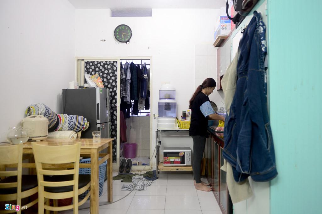 Anh Thịnh cho biết căn hộ tuy nhỏ nhưng hai vợ chồng ở khá thoải mái nhờ không sắm những đồ đạc không thật sự cần thiết. Căn hộcũng có ban công để máy giặt, phơi quần áo khá thoáng.