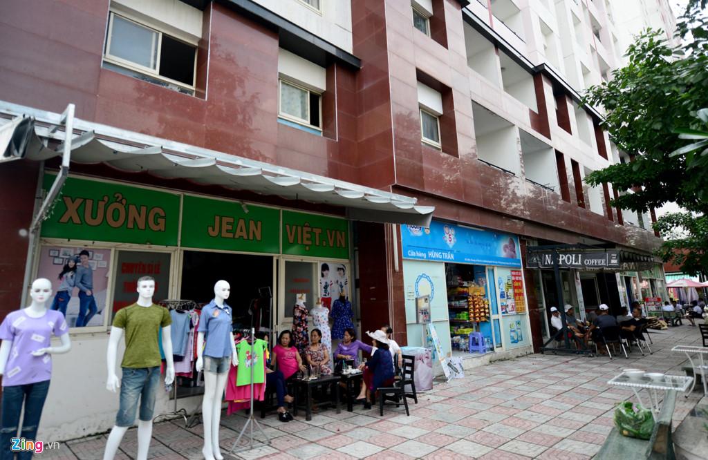 Tầng dưới các tòa nhà còn có các quán ăn, cà phê, cửa hàng quần áo, phòng thể dục thẩm mỹ...