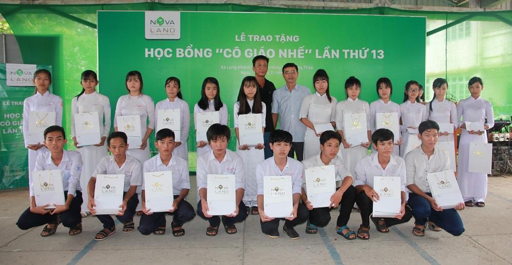 Đại diện Tập đoàn Novaland trao học bổng Cô giáo Nhế cho các em học sinh