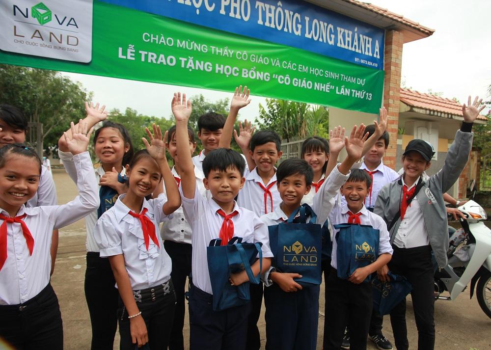 Những nụ cười rạng rỡ của các em khi nhận học bổng Cô giáo Nhế