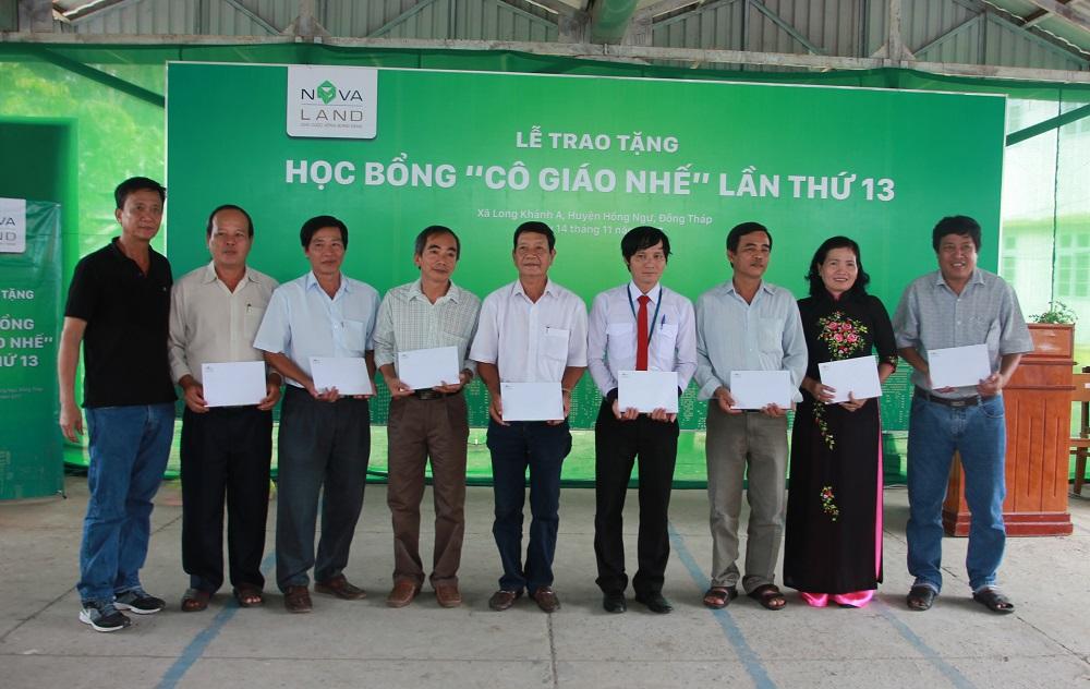 Đại diện Novaland trao các suất hỗ trợ khuyến học cho 8 trường thuộc xã Long Khánh A và Long Khánh B