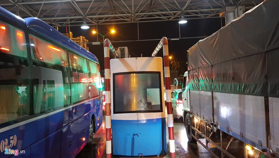 Tối 2/12, trạm BOT Cai Lậy ở Tiền Giang thu phí trở lại nhưng sau 10 phút hoạt động thì trạm này tiếp tục kẹt xe hướng các tỉnh miền Tây đi TP.HCM .