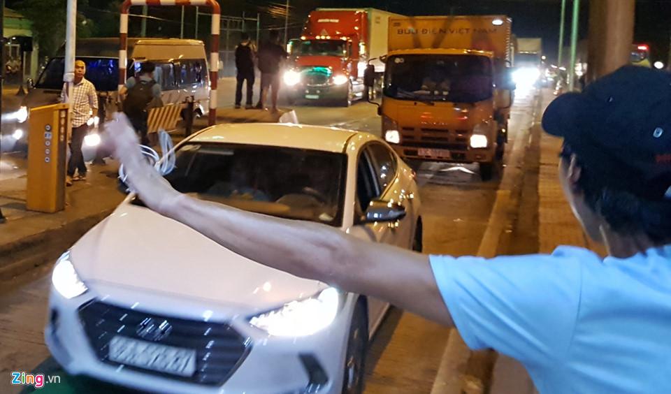 Sau 7 lần xả trạm, BOT Cai Lậy hạ barie để thu phí. Tuy nhiên, khoảng 10 phút sau, hàng trăm ôtô từ hướng TP.HCM về miền Tây và ngược lại xuất hiện khiến trạm bị ùn tắc và trạm được xả lần 8.