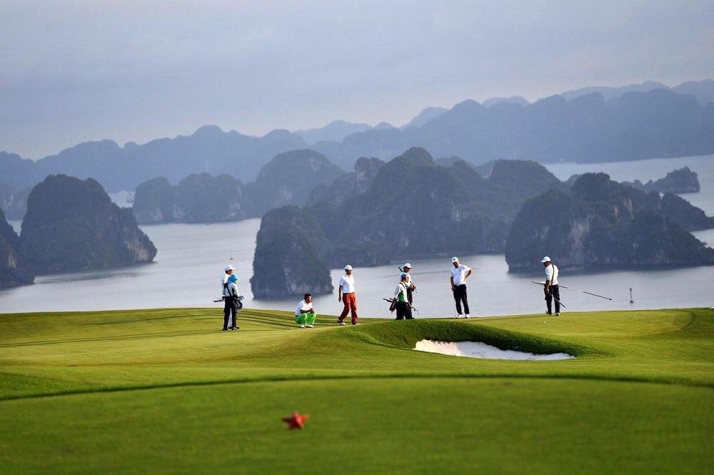 Ảnh 3: Từ sân golf có thể nhìn toàn cảnh vịnh Hạ Long.
