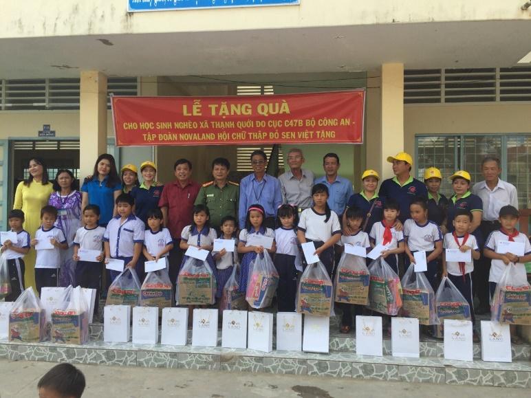 Các em học sinh phấn khởi nhận quà và tập vở nhân dịp khai giảng năm học mới