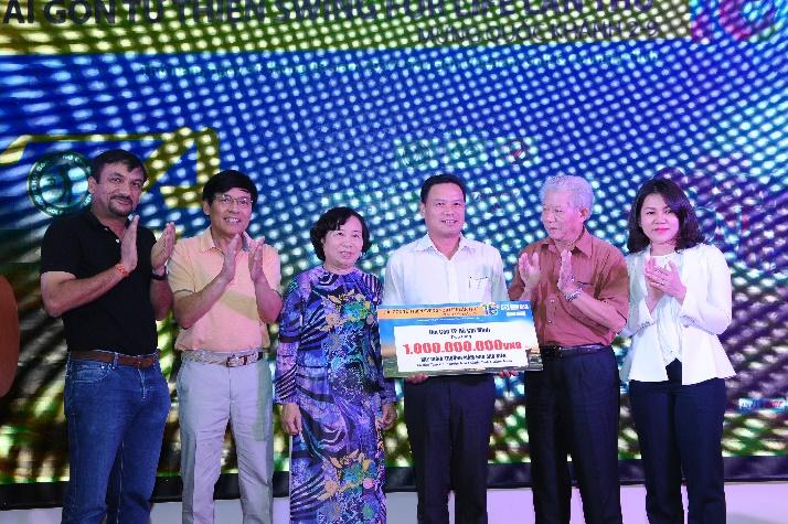 Phó Chủ Tịch UBND tỉnh Quảng Nam nhận biển tài trợ xây trường mầm non Sao Biển