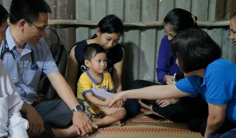 """Ban tổ chức chương trình """"Nối kết yêu thương"""" thăm hỏi và động viên gia đình các bé trước thời gian phẫu thuật. Đây là chương trình đang phát sóng hàng tuần trên Đài truyền hình HTV9 cùng với sự đồng hành của Novaland nhằm mang lại trái tim khỏe mạnh cho 500 trẻ em nghèo bị tim bẩm sinh."""