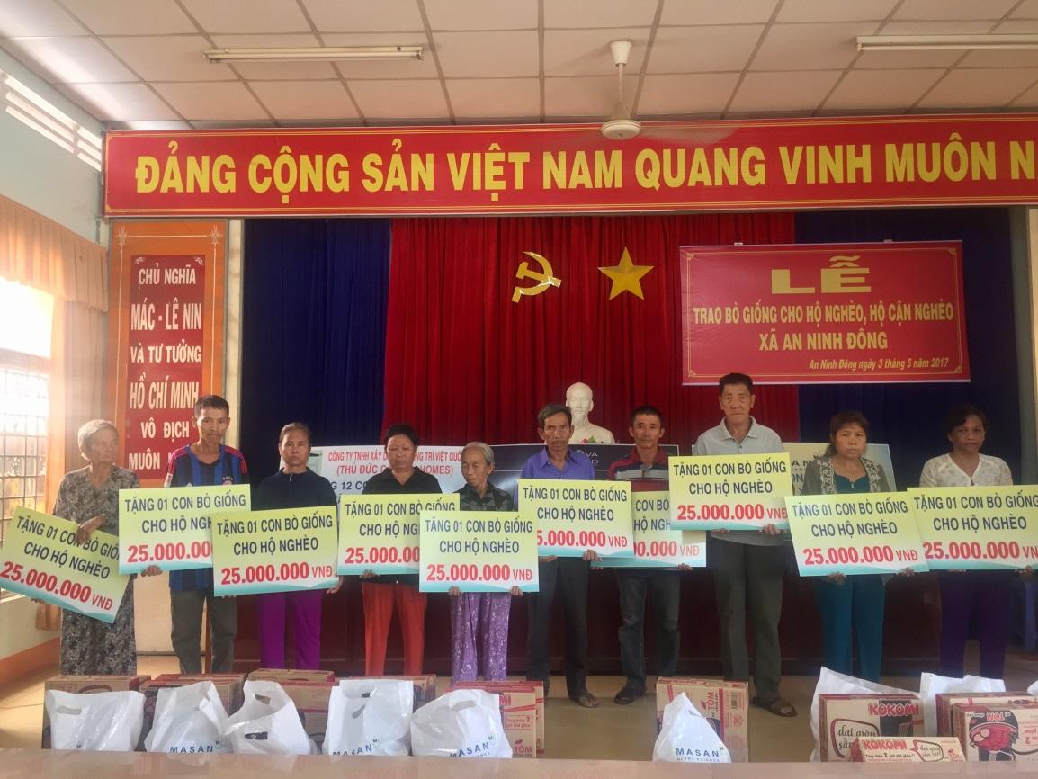 Các hộ gia đình tại xã An Ninh Đông, Huyện Đức Hòa, Tỉnh Long An nhận hỗ trợ nguồn vốn mua bò giống từ Tập đoàn Novaland.