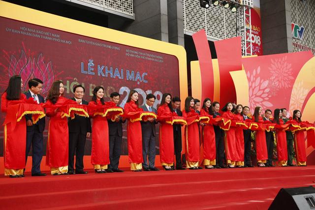 ác lãnh đạo Đảng và nhà nước cùng cắt băng khai mạc Hội báo Xuân. Ảnh: Chí Cường