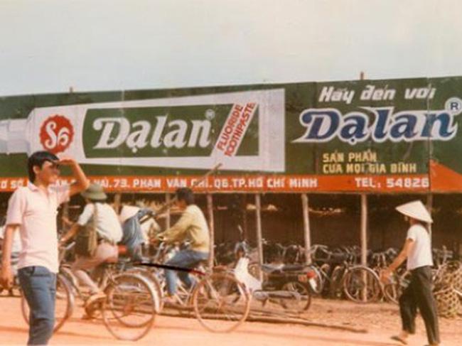 Kem đánh răng Dạ Lan được quảng cáo rầm rộ vào những năm đầu 1990.