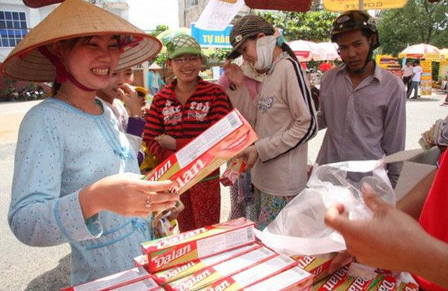 Các gian hàng bán kem đánh răng Dạ Lan tại các khu chợ truyền thống.