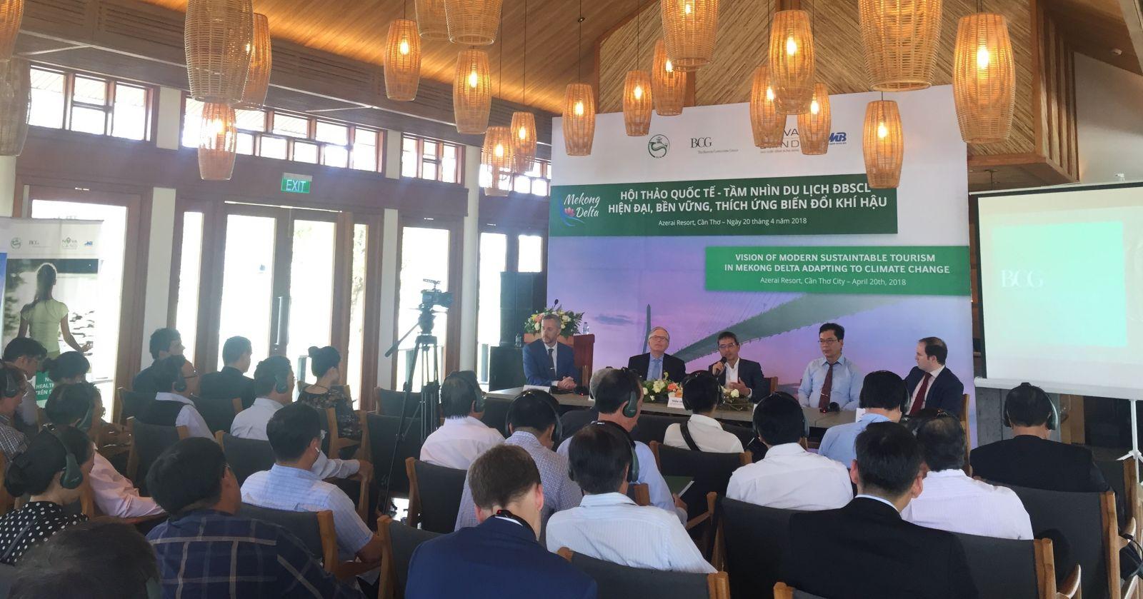 """Các chuyên gia trình bày trình bày ý kiến tại Hội thảo quốc tế """"Tầm nhìn hiện đại về Du lịch ĐBSCL bền vững thích ứng biến đổi khí hậu với Cần Thơ là trung tâm"""""""