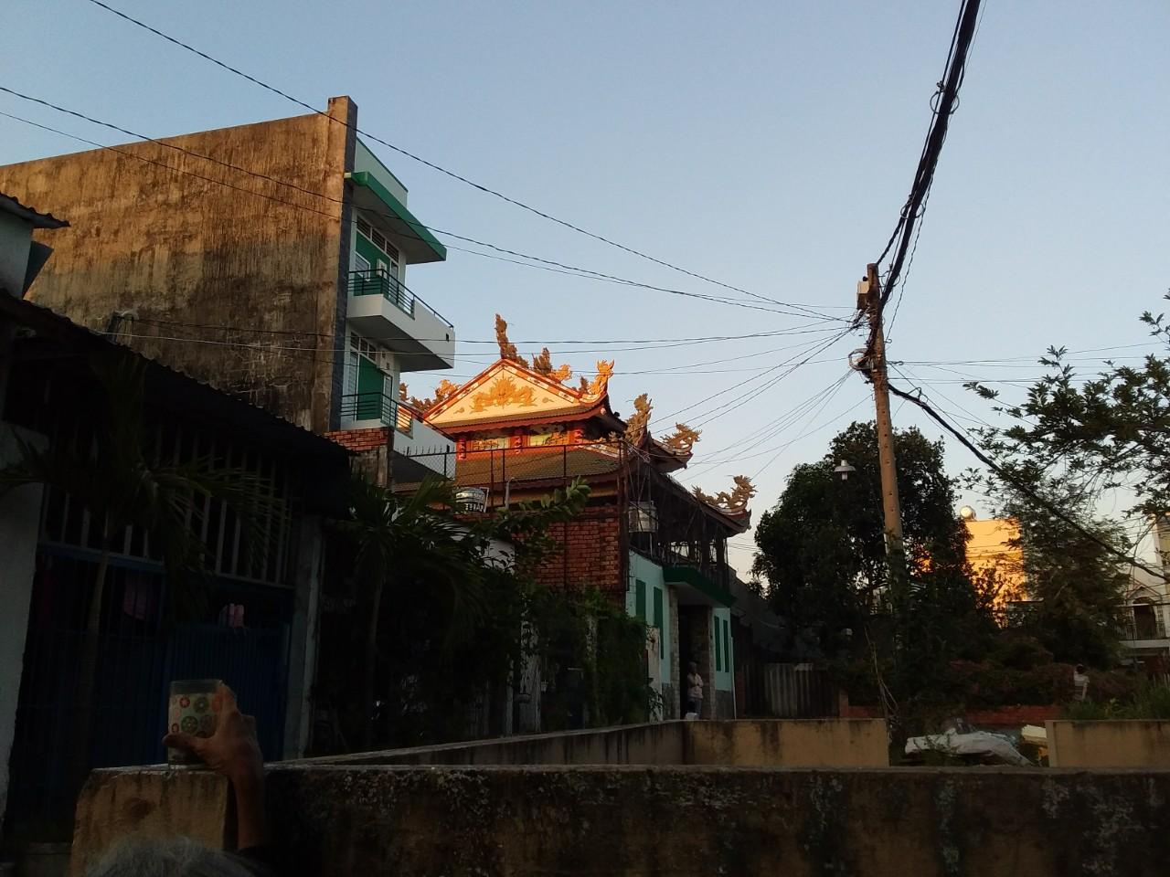 Góc nhà tôi ngắm qua ngôi chùa