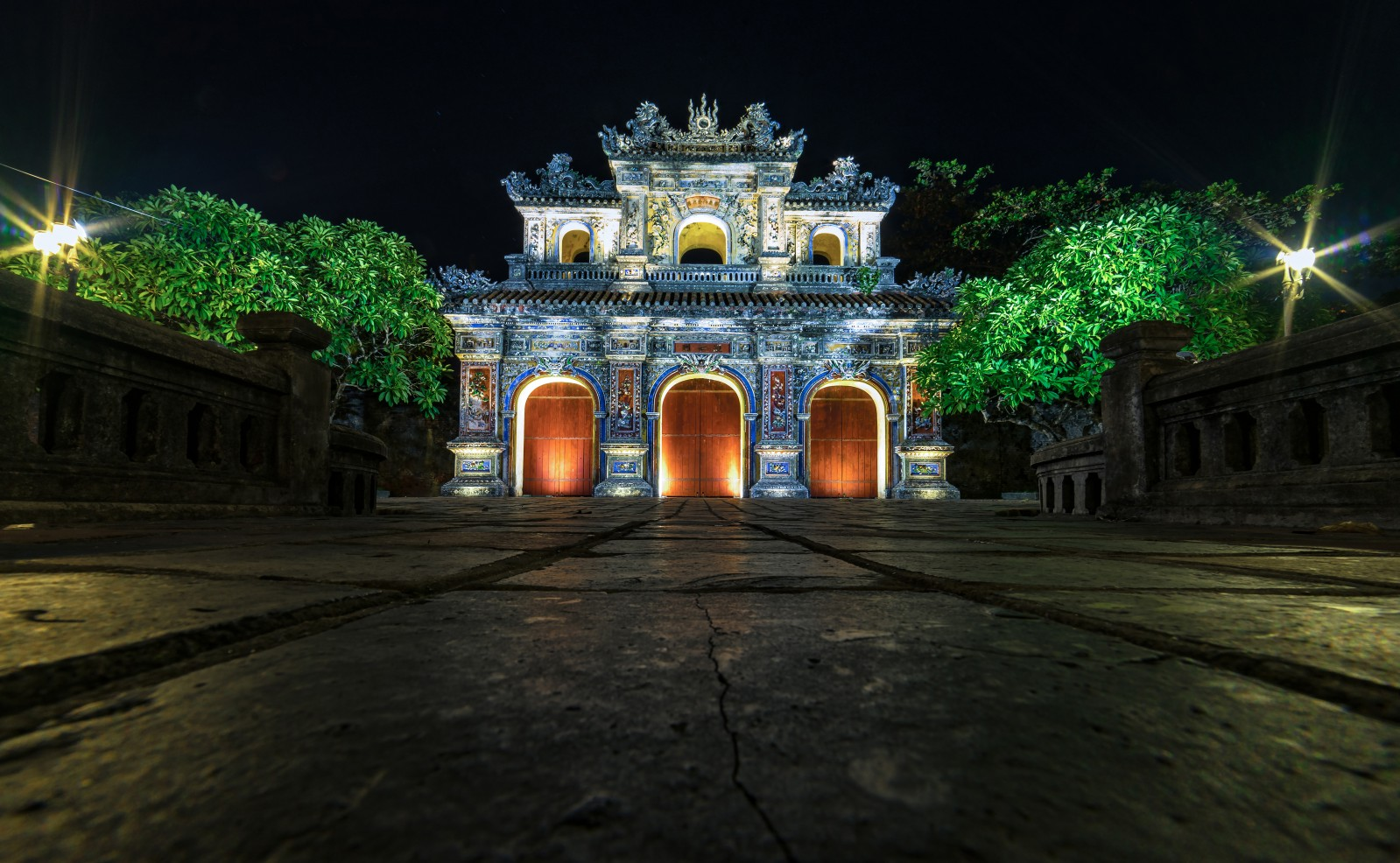 Cánh cổng hòa bình vào ban đêm lối ra của khách du lịch khi tham quan đại nội.
