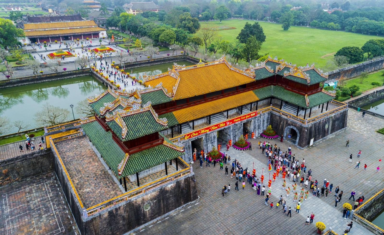 Tái hiện cảnh đổi gác của triều đình Nguyễn xưa phục vụ khách du lịch.