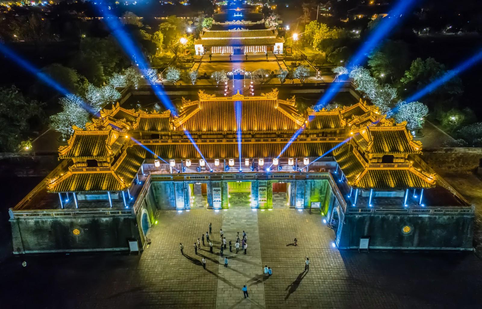 Ngọ môn huế về đêm, cánh cổng là hình ảnh của Huế cũng là nơi khách đi vào tham quan đại nội.